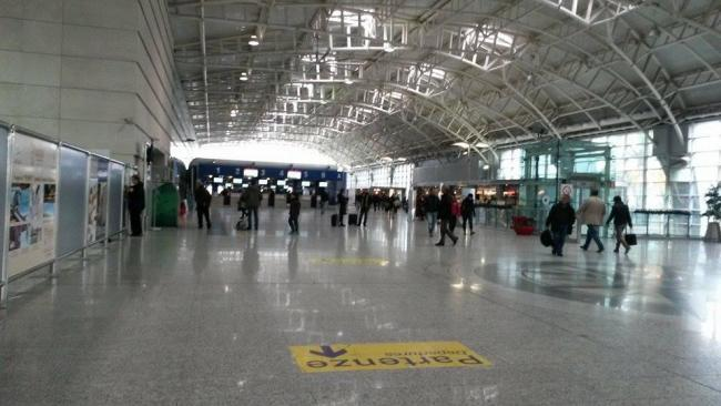 Aeroporto Cagliari : Aeroporto di cagliari quot fermati siriani con documenti falsi